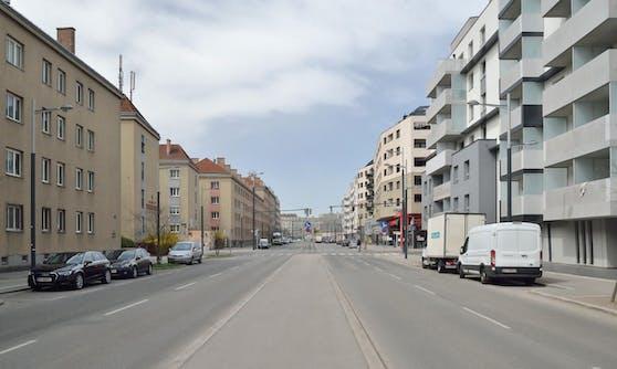 Die Gudrunstraße in Wien-Favoriten auf Höhe der Objektnummer 100, Ecke Streudelgasse. Links der Emil-Fucik-Hof.