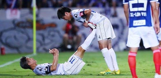 Kazuyoshi Miura muss mit 52 Jahren auf der Tribüne sitzen, die Fans in Japan sind stinksauer.