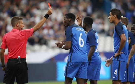 Referee Davide Massa zeigt Raphael Varane Rot