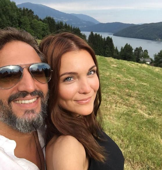 Markus Tavakoli (43) und Barbara Kaudelka (37) genießen gemeinsam den Ausblick über den Millstätter See
