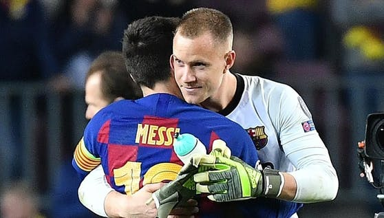 Ter Stegen herzt einen Spieler, den sogar er kennt: Teamkollege Messi