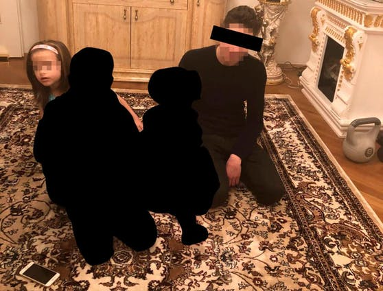 Hadishat (L) mit ihrem Killer Robert K. (R) in dessen Wohnung.