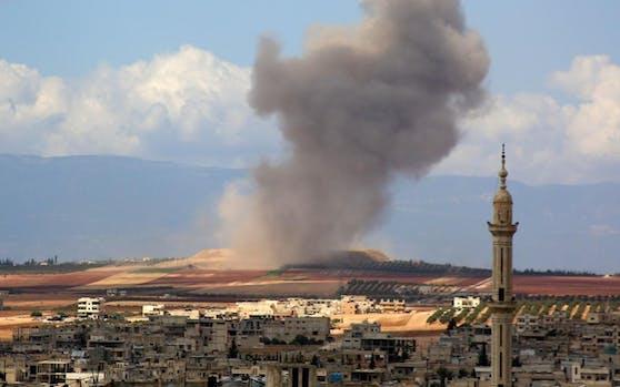 Eine Rauchwolke nach einem Luftangriff auf das Dorf Kafr Ain im Süden der Provinz Idlib am 7. September 2018.