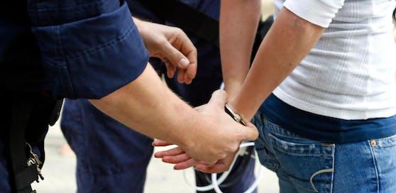 Der betrunkene und aggressive Autolenker wurde festgenommen.