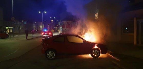 Das Auto stand vorne schnell in Brand.