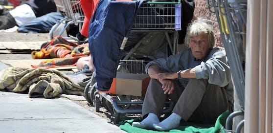 In der US-Casino-Metropole Las Vegas ist es ab sofort bei Strafe verboten, auf der Straße zu schlafen. Kritiker sehen eine zynische Gesetzgebung gegen Obdachlose.