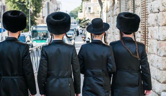 Orthodoxe Juden auf einer Straße von Jerusalem. Symbolfoto.