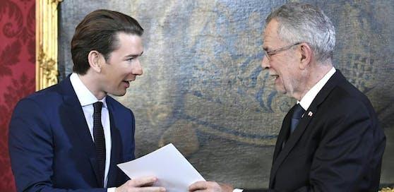 Alexander Van der Bellen (r.) und Sebastian Kurz (ÖVP) bei seiner Angelobung zum Bundeskanzler im Jahr 2017.