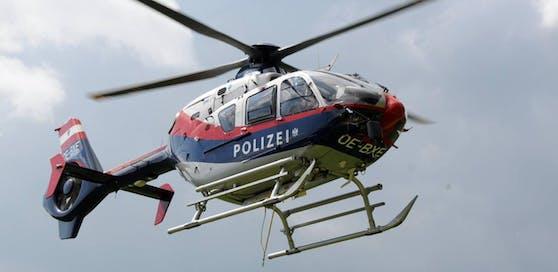 Mit einem Polizeihubschrauber wurde nach dem Unbekannten gesucht.