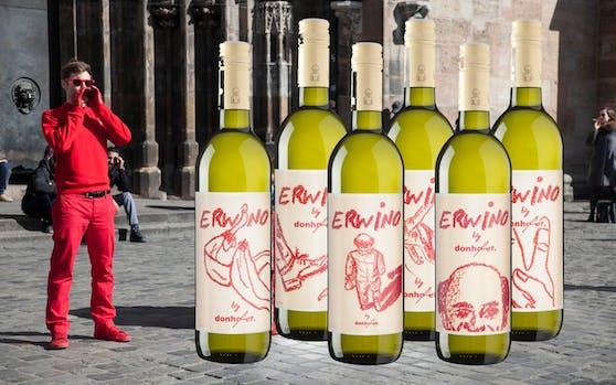 """Aktionskünstler donhofer. und sein """"Erwino""""-Wein, ein """"Roter Veltliner"""""""