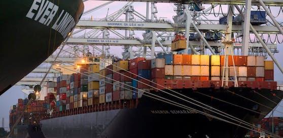 Ein Containerschiff im Hafen von Savannah, US-Bundesstaat Georgia