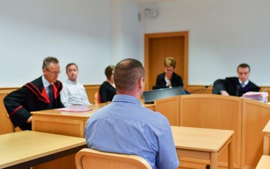 Der Angeklagte soll seine Freundin misshandelt haben.