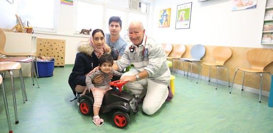 Baby Husna (sieben Monate), Mama Maryam (22), Papa Samir (27) und Kinderarzt Georg Maiwald (von links). Die Jungfamilie lebt in Angst davor, voneinander getrennt zu werden.