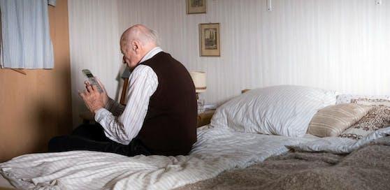 Der demenzkranke Mann bemerkte nicht, dass seine Gattin gestorben war.