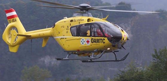 Ein Notarzthubschrauber flog die Verletzten ins Spital. Archivbild.