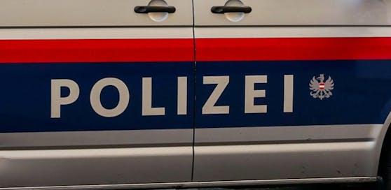 Beamte der Polizei wurden am Samstagabend attackiert.