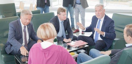 Die Klubchefs der nö. Parteien: Alfredo Rosenmaier (SP), Helga Krismer (Grüne), Gottfried Waldhäusl (FP), Klaus Schneeberger (VP) und Ernest Gabmann (Liste Frank).