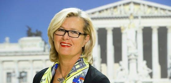 Die ehemalige Außenministerin Ursula Plassnik sorgt mit ihren kontroversen Aussagen für offenen Unmut bei unseren Schweizer Nachbarn.