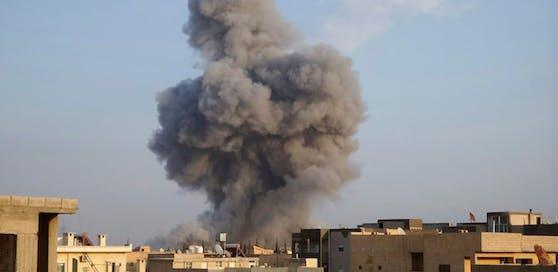 Die IS-Hochburg Raqqa in Syrien ist immer wieder das Ziel von Luftangriffen der Anti-IS-Koalition unter Führung der USA. (Symbolbild)