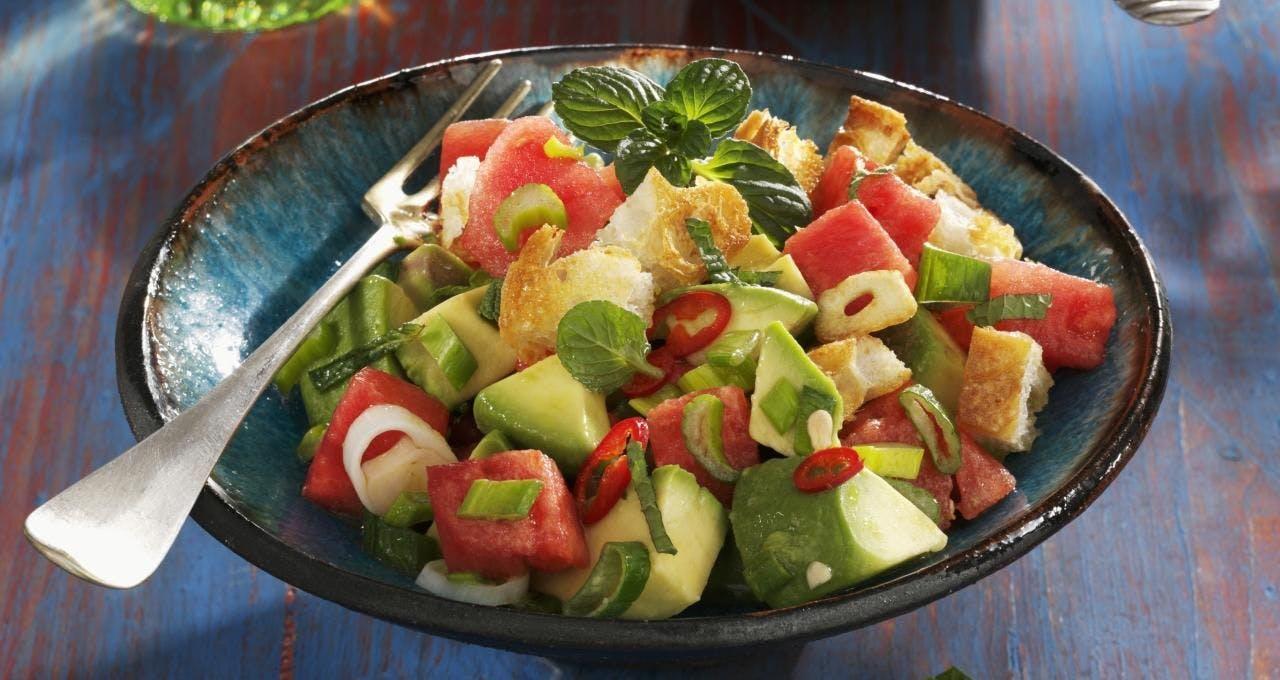 Wassermelonen-Avocado-Salat mit Kichererbsen-Croutons