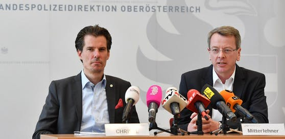 Staatsanwalt Philip Christl (li.) und LKA-Chef Gottfried Mitterlehner gaben bei einer Pressekonferenz im April 2017 die Ausforschung der Home-Invasion Bande bekannt.