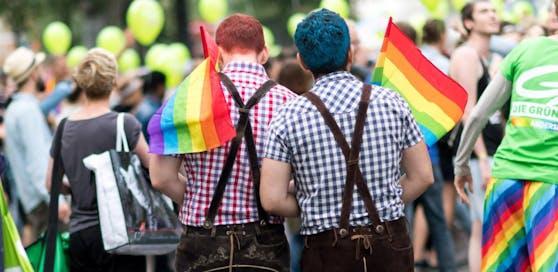 Ein homosexuelles Pärchen auf der Regenbogenparade in Wien.