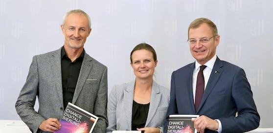 E-Government-Experte Reinhard Haider, LH Thomas Stelzer und  Bettina Williger (Fraunhofer-Gesellschaft Nürnberg, v.li.) sehen viele Chancen für Gemeinden durch die Digitalisierung.