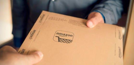 Ein Paketdienst liefert eine Amazon-Bestellung aus. Symbolfoto.