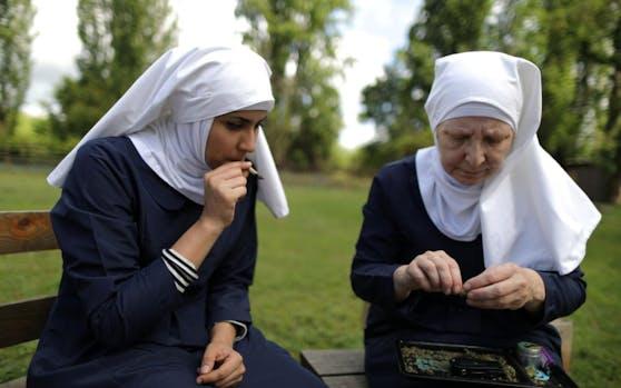 Die beiden Nonnen bei der Arbeit.
