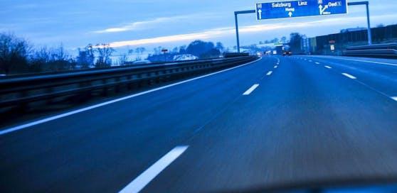 Ein betrunkener Fußgänger war auf der A1, der Westautobahn, unterwegs.