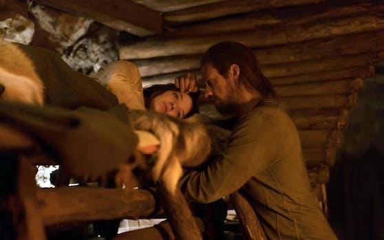 Hanna (Creed-Miles) mit ihrem Vater im Wald.