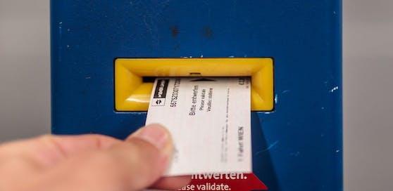 Ein Mann entwertet seine Fahrkarte an einem Entwerter der Wiener Linien, aufgenommen am 03. Juli 2017, Wien.