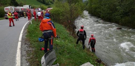 Ein 20-Jähriger kam von der Straße ab und stürzte samt Fahrzeug in den Zedernhausbach.