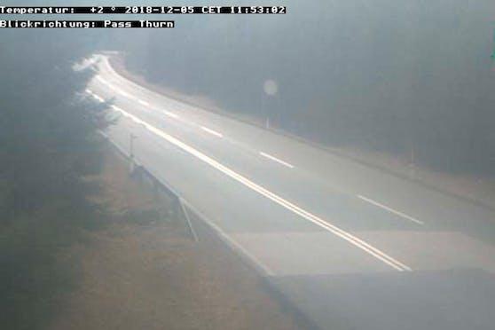 Selbst gegen Mittag hing am Pass Thurn immer noch Nebel über der Fahrbahn.