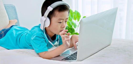 Auf der vermeintlich kinderfreundlichen Online-Plattform YouTube Kids befinden sich zahlreiche bedenkliche Videos, die Eltern beunruhigen.