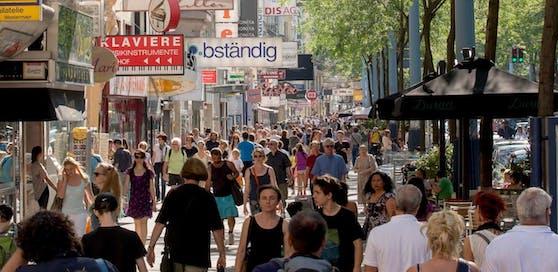 Passanten auf der Mariahilfer Straße in Wien.