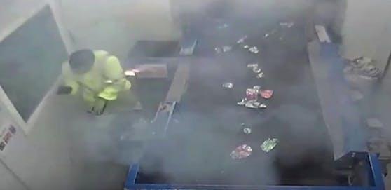 Alle Mann in Deckung! Die Handfackel ist explodiert, Leuchtgeschosse verletzen den Arbeiter.