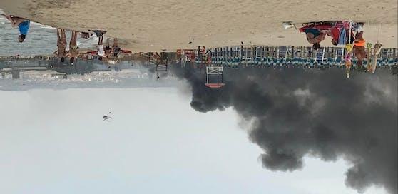 Badegäste konnten die Löscharbeiten aus der Ferne vom Strand aus beobachten.