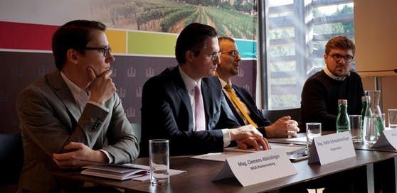Clemens Ableidinger (Neos), Bürgermeister Stefan Schmuckenschlager (VP), Vizebürgermeister Roland Honeder (VP) und Darius Djawadi (Neos).