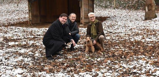 Bürgermeister Stefan Szirucsek, Gemeinderat Ernst Schebesta mit Hund Bailey sowie Stadtgartendirektor-Stellvertreter Andreas Kastinger statten dem nun fertiggestellten Hundewald im Badener Kurpark einen ersten Besuch ab.