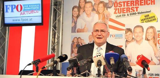 Martin Graf 2013 bei der Pressekonferenz, bei der er seinen Rücktritt erklärt hatte.