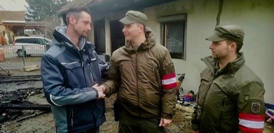 Der Familienvater bedankt sich bei den beiden aufmerksam Soldaten. Ohne ihre Hilfe hätte es schlimm enden können