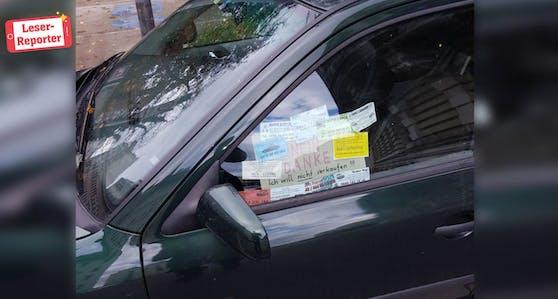 Ein Autobesitzer war besonders kreativ und bastelte eine Nachricht an die Kärtchenverteiler.
