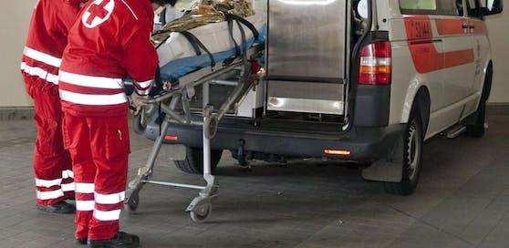 Der Mann wurde ins Spital gebracht. Dort erlag er seinen Verletzungen. (Symbolfoto)
