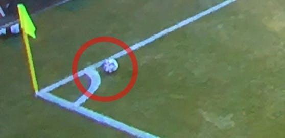 Der Fotobeweis: Eckball-Schütze Rep legte sich den Ball zu weit vor, das Tor zum zwischenzeitlichen 2:1 für Hartberg hätte nicht zählen dürfen.