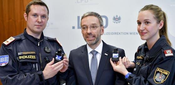 Kameras, Wanzen, Eindringen in Wohnungen und Autos, komplette Kommunikationsüberwachung: Herbert Kickl (FPÖ) hatte offenbar radikale Überwachungspläne.