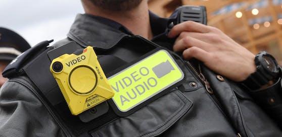 Bayrische Polizisten tragen Bodycams bei ihrem Oktoberfest-Einsatz. Symbolbild