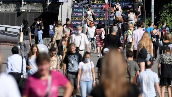 Menschen am Weg zur Impfung ins Austria Center.