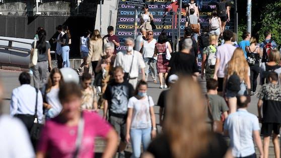 Menschen am Weg zur Impfung ins Austria Center