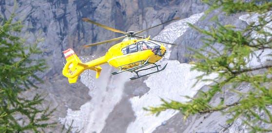 Ein Notarzt-Hubschrauber vom Stützpunkt Christophorus 14 in Niederöblarn vor dem Dachstein-Gebirge, aufgenommen am 23. August 2016. Symbolfoto